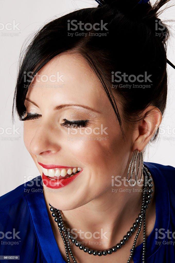 Modella risate con gli occhi chiusi. foto stock royalty-free