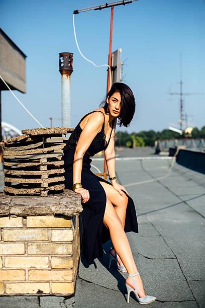 model auf dem dach - damen rock braun stock-fotos und bilder