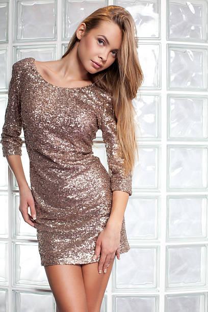 mode models posieren in eleganten kleid - glitter farbige wände stock-fotos und bilder