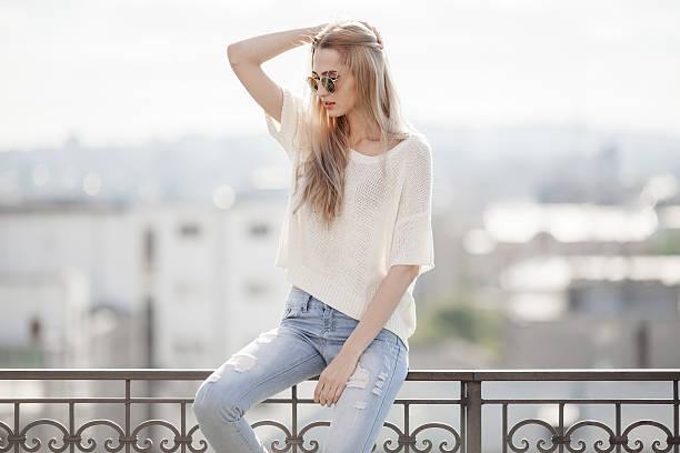 fashion model. summer look. jeans, sneakers, sweater. - sommer teenagermode stock-fotos und bilder