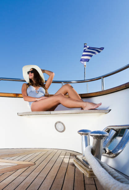 Fashion Model Sonnenbaden auf Super Yacht. Posiert. Sommer. – Foto
