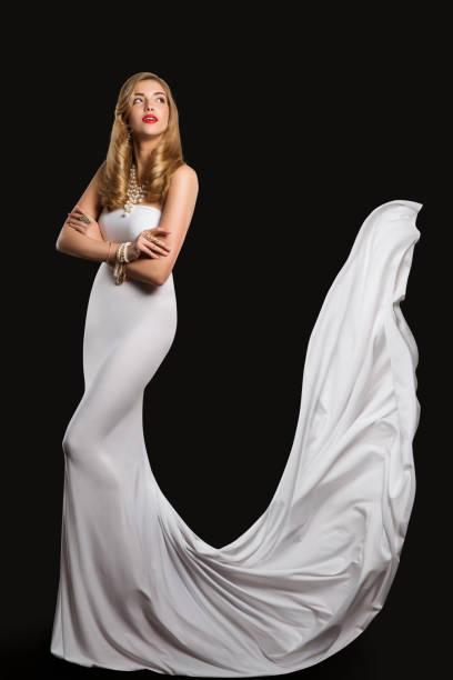 mode modell braut brautkleid, schönheit der frau in weißem kleid, lange fliegen seide zug - hochzeitskleid in schwarz stock-fotos und bilder