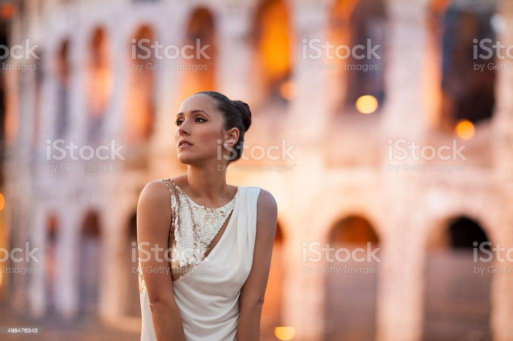 Mode-Modell mit coloseum im Hintergrund.  Rom, Italien – Foto