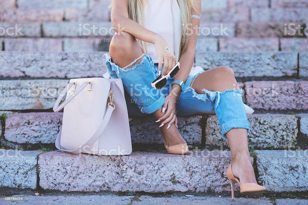 Modelo de moda con las piernas sexy - foto de stock