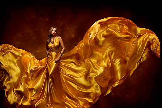 fashion model frau kleid aus flatternder seide, schönheit abendkleid winken material - lange abendkleider stock-fotos und bilder