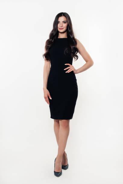 mode modell frau im schwarzen kleid. schöne junge frau - bein make up stock-fotos und bilder