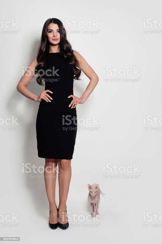 en fondo vestido negro el gato modelo de mujer en stock Moda libre de foto con TtBz0q