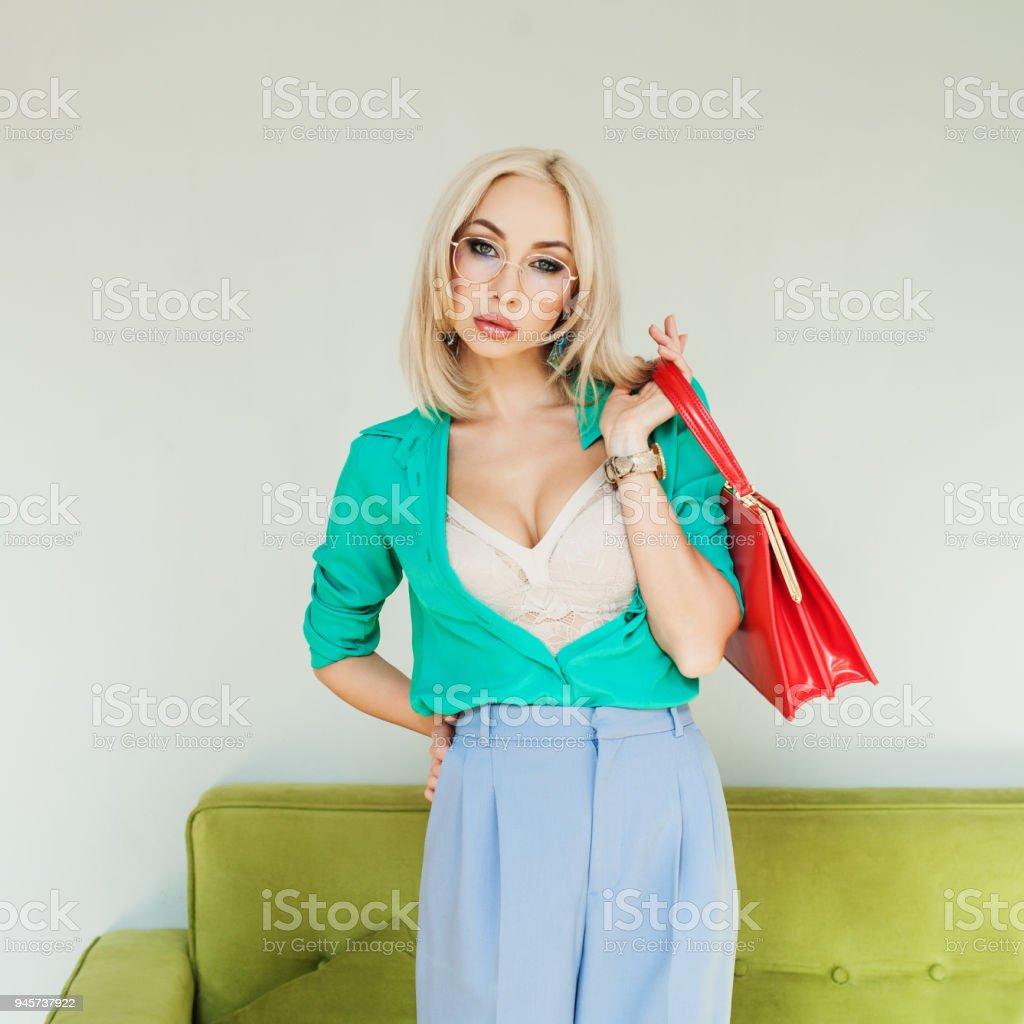Foto De Moda Modelo Mulher De Blusa Azul E óculos Segurando