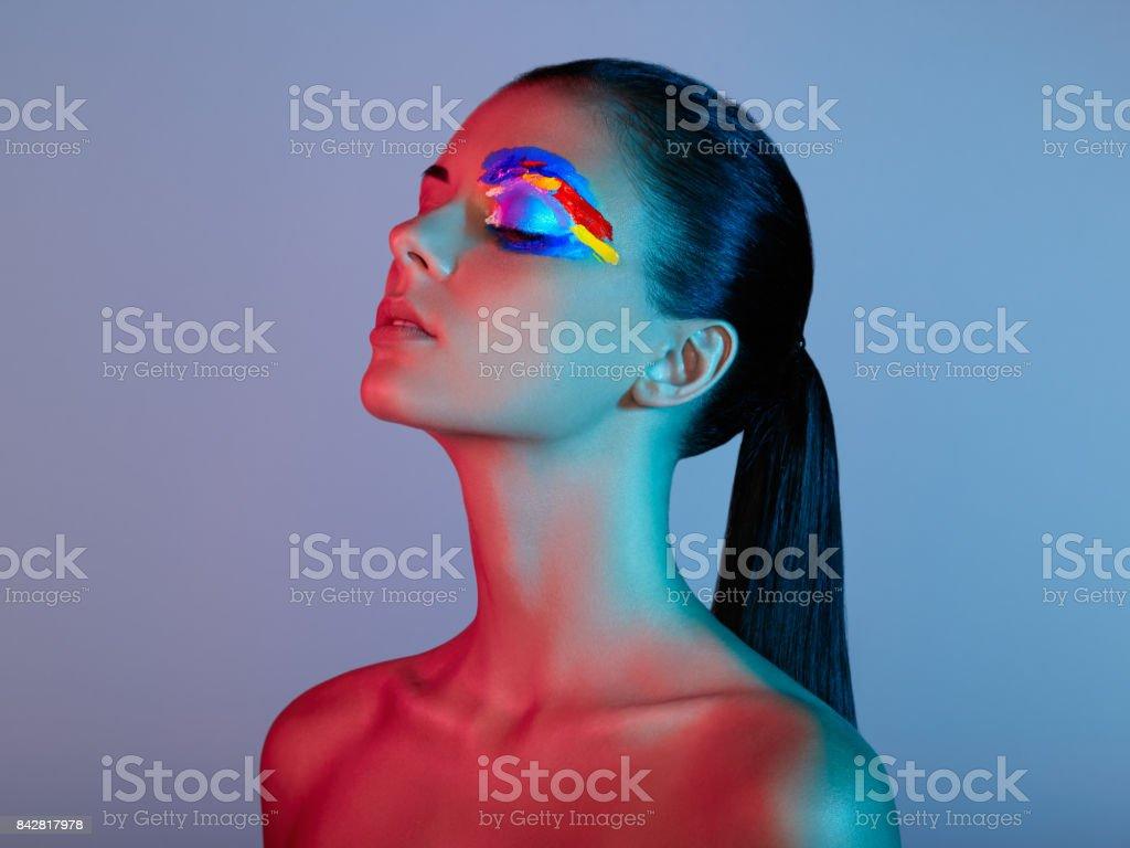 Mujer de modelo de moda con colores cara pintada - foto de stock