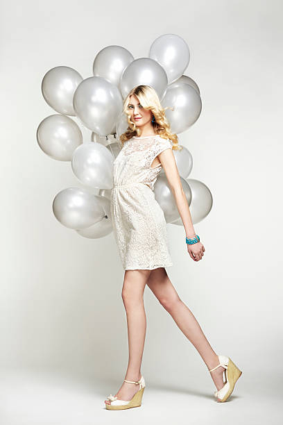mode-foto der schönen frau mit sprechblase.  mädchen posieren - ballonhose stock-fotos und bilder