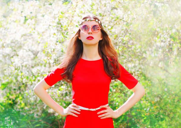 fashion portrait schöne hippie-junge frau über blühende garten hintergrund - hippie stirnbänder stock-fotos und bilder