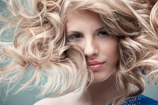 mode porträt curly blond - frisuren für schulterlanges haar stock-fotos und bilder