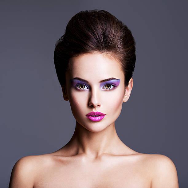 mode-porträt einer schönen frau  - lila augen make up stock-fotos und bilder