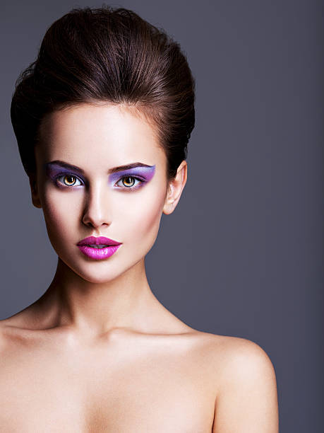 fashion portrait of a beautiful  woman with style hairstyle - lila augen make up stock-fotos und bilder