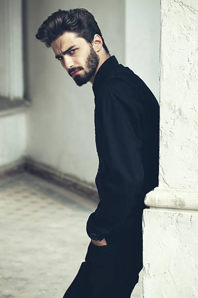 mode-porträt von einem hübschen, bärtiger mann. - sexsymbol stock-fotos und bilder