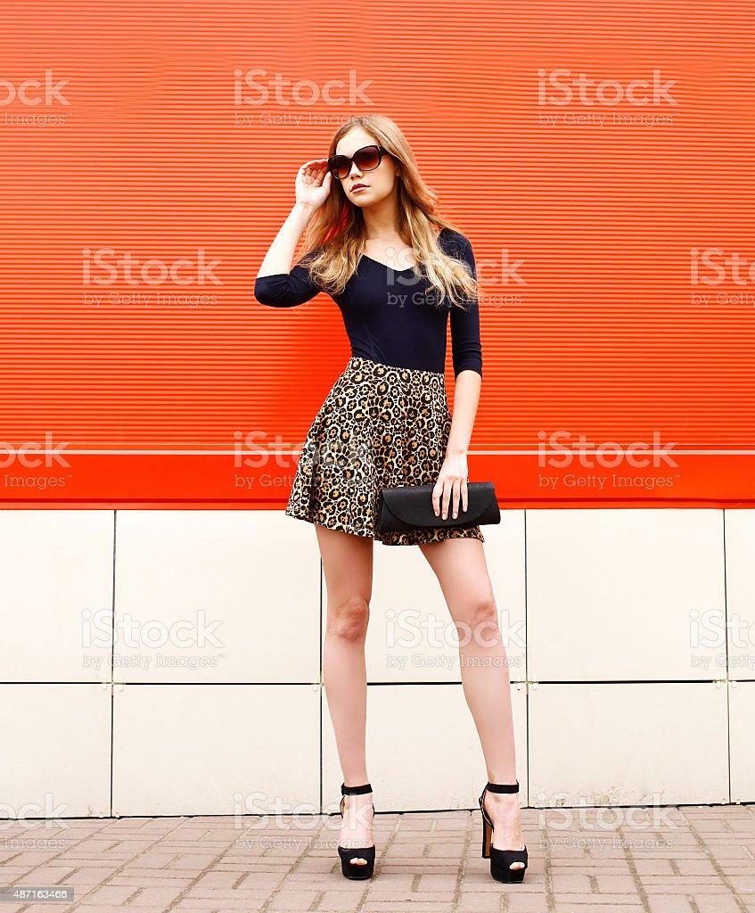 Moda elegante Retrato de la hermosa mujer joven en esquí de leopardo - foto de stock