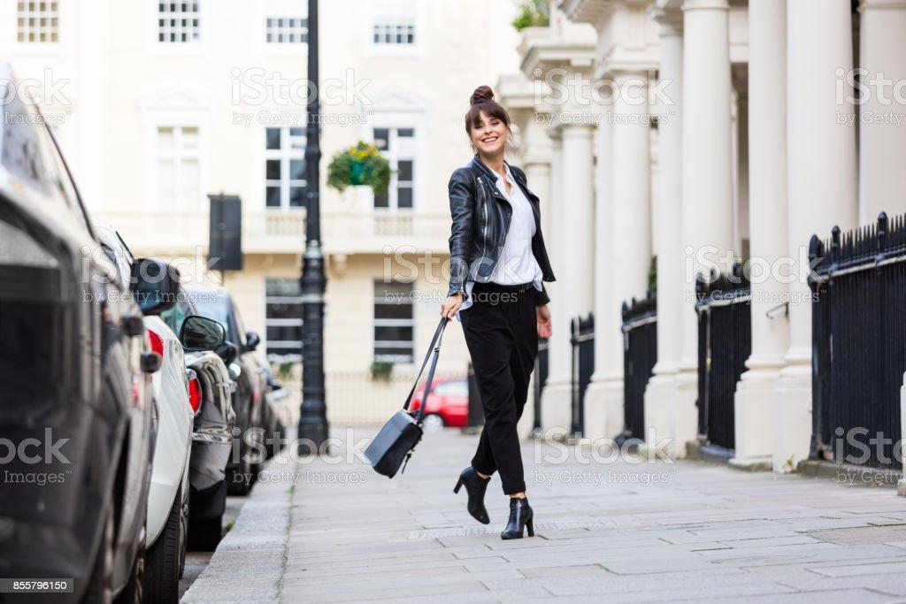 Mode Portrait der schönen Frau, die in der Stadtstraße – Foto