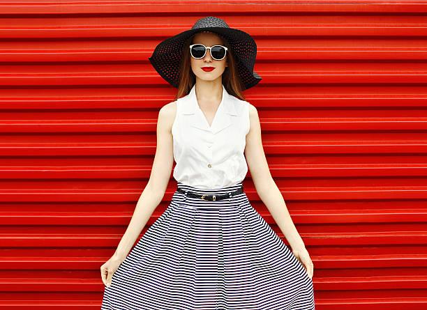 moda portret piękne kobieta na sobie czarny słomiany kapelusz - spódnica zdjęcia i obrazy z banku zdjęć