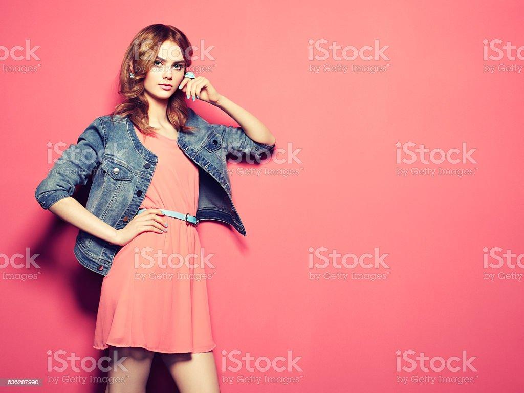 ファッションの肖像美しい若い女性の夏のドレス ストックフォト