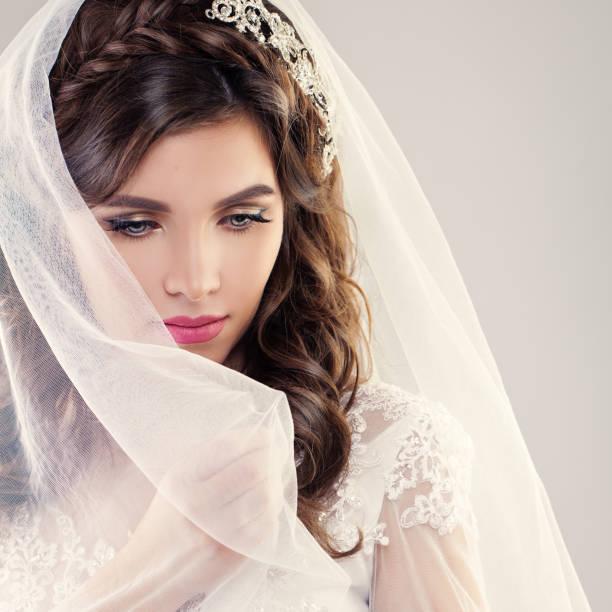 fashion portrait der perfekte braut. schöne braut mit lockigem haar, make-up und weißen schleier - hochzeitsfrisur boho stock-fotos und bilder