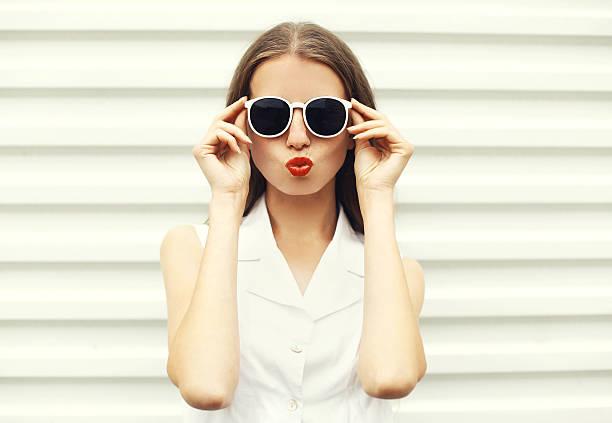 mode-porträt von hübschen, jungen frau in weiß sonnenbrille - sommer teenagermode stock-fotos und bilder