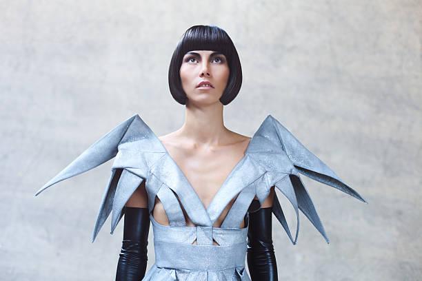 mode-porträt der frau in futuristisch-kleidung - kurzhaarfrisuren mit pony stock-fotos und bilder