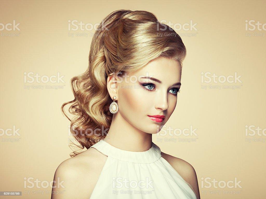 Mode Portrait De Jolie Jeune Femme Avec Une Coiffure Elegante