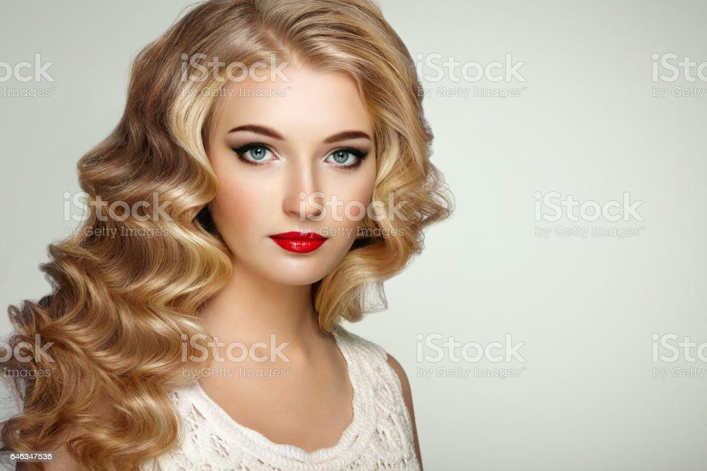 Fashion Portrat Von Schone Junge Frau Mit Eleganten Frisur Stockfoto