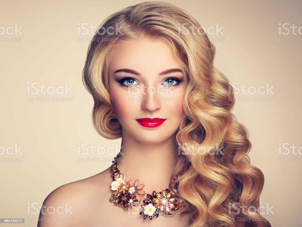 Fashion portrait of young beautiful woman with elegant hairstyle foto stock royalty-free