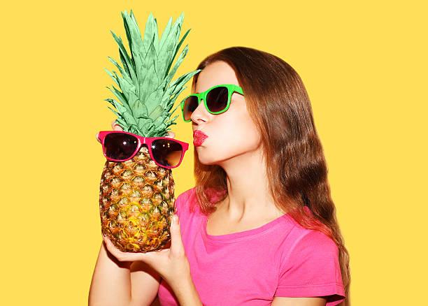 Mode Porträt schöne Frau Sonnenbrille und Ananas in über Gelb – Foto