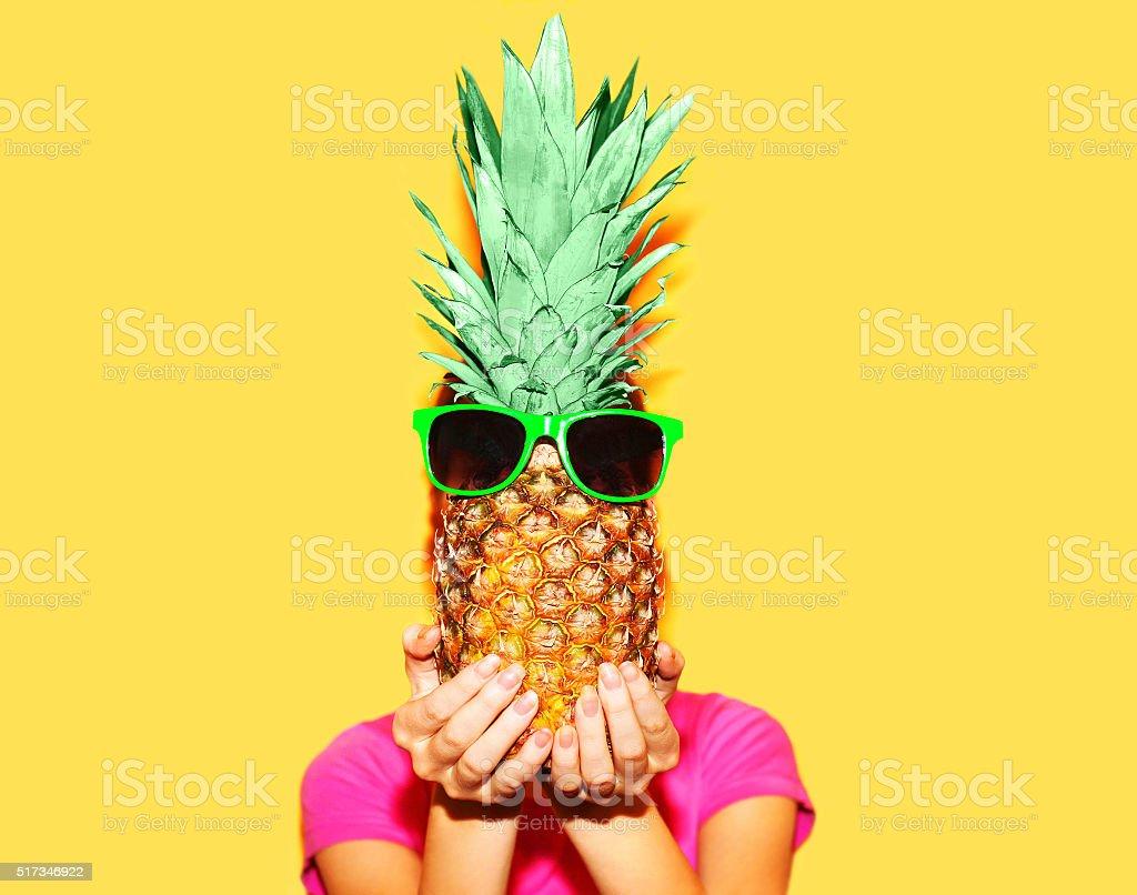 Retrato de Moda mulher e abacaxi com óculos de sol em amarelo colorido - foto de acervo