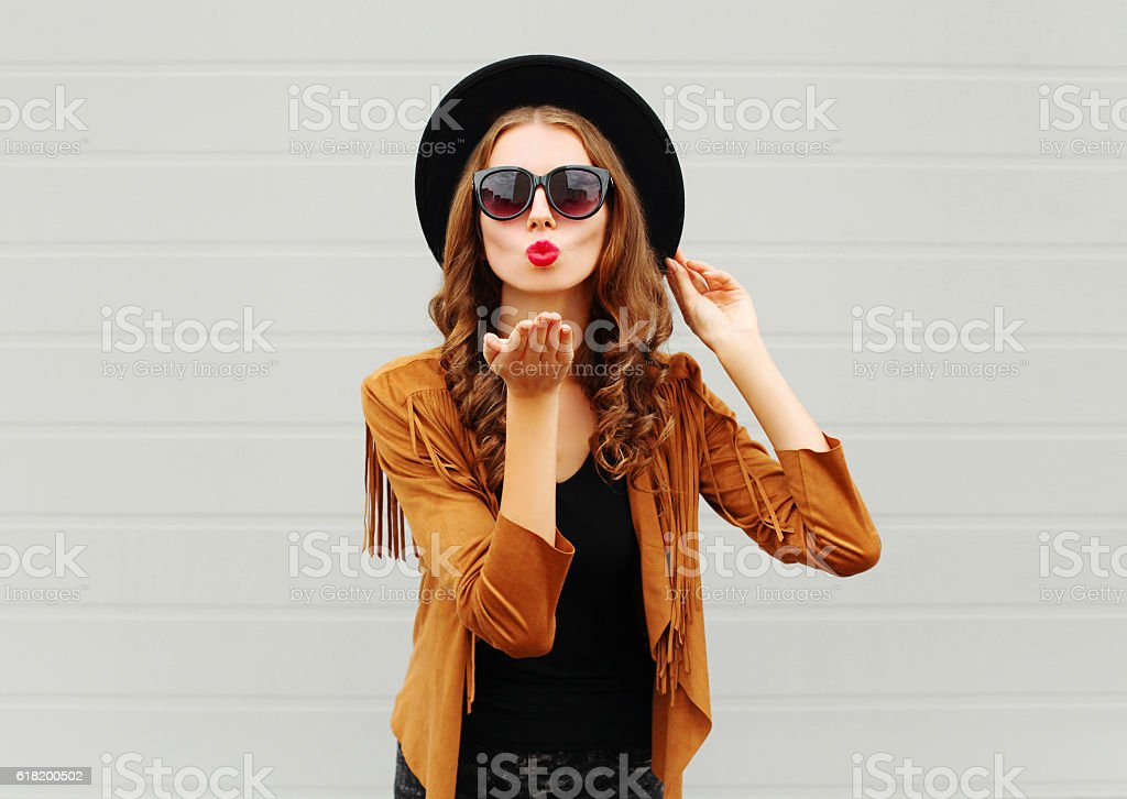 Fashion portrait woman blowing red lips sends air sweet kiss - foto de stock