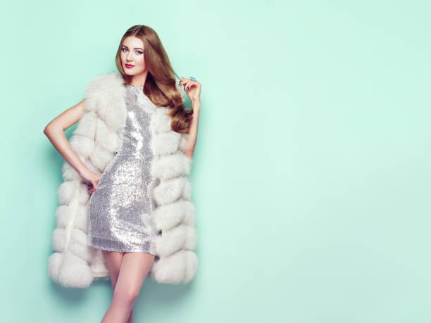 fashion portrait junge frau im weißen pelzmantel - winterjacke lang damen stock-fotos und bilder