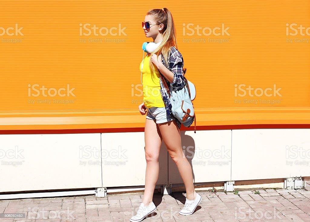 Moda Cool Ragazza In Occhiali Da Sole Con Zaino E Cuffie ... e95249da0806