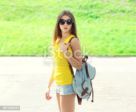 80b22a9539 487086034istock Bonita tonos Chica de moda usando gafas de sol y una  mochila hotel supera a