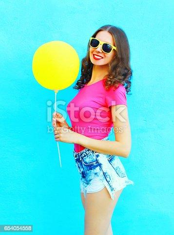 6bcf8071ee 654054584istock Moda a mujer joven muy sonriente con una camiseta