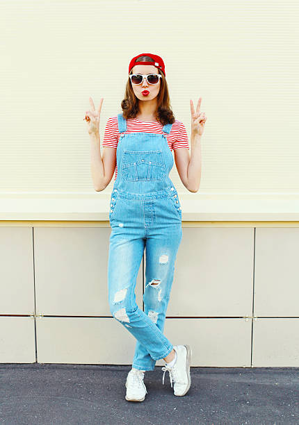 mode-schöne frau in denim-overall mit weißer hintergrund - jeans overall stock-fotos und bilder