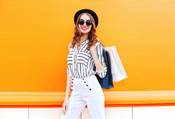 Fashion pretty young smiling woman model with shopping bags – Foto