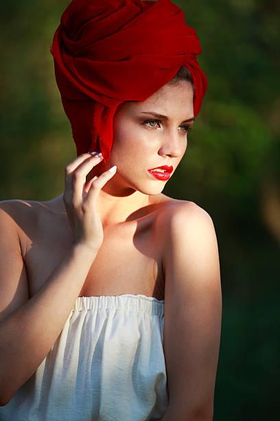 mode red riding hood - rotkäppchen kostüm stock-fotos und bilder