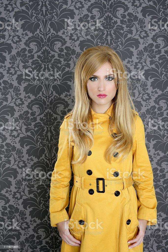 Mode retro Frau Gelb gabardine-Mantel – Foto