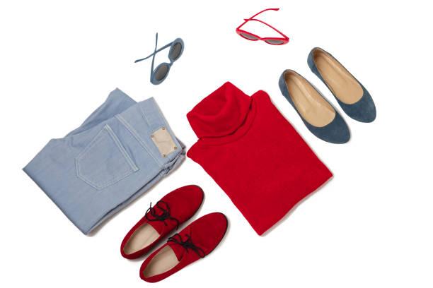 mode-set von blue jeans, roter pullover, schuhe und sunglsses auf isolierte hintergrund. - rotes oberteil stock-fotos und bilder