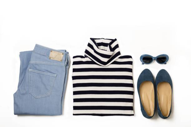 mode-set von blue jeans, gestreifte pullover, schuhe und sunglsses auf weißem hintergrund. - handtasche jeans stock-fotos und bilder
