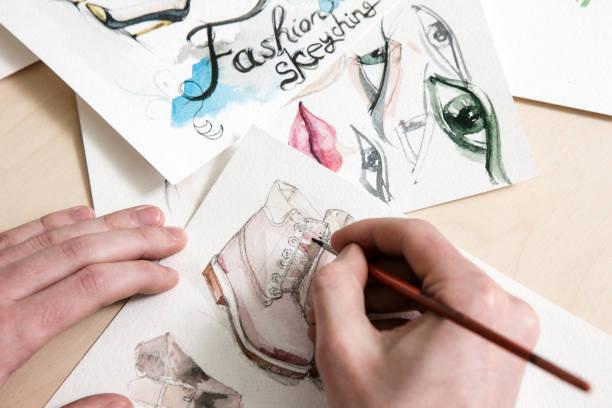 mode-skizze im prozess der gestaltung - malerei schuhe stock-fotos und bilder
