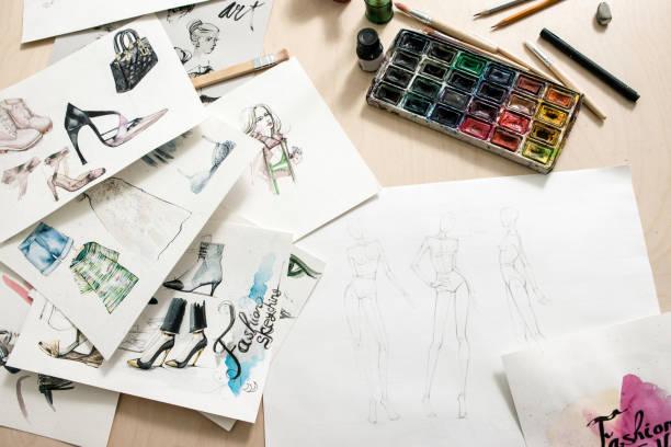croquis de mode sur bureau design - croquis de stylisme de mode photos et images de collection