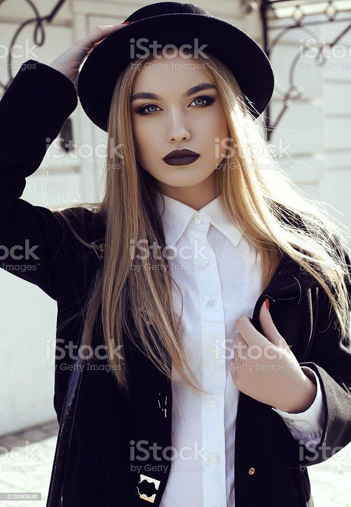 d27976147997 Strada vestito. Beautiful moda ragazza in abiti e accessori di moda foto  stock royalty-