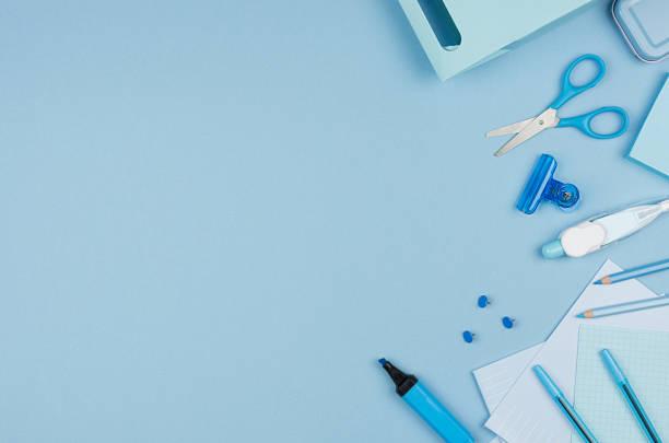 mode stilvolle arbeitsplatz - neon blau büro schreibwaren kollektion auf pastell hintergrund, draufsicht, textfreiraum. - pastellstifte stock-fotos und bilder