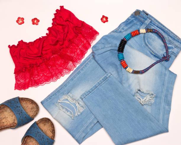 mode-sommer-outfit für spaziergang durch die stadt - spitzen crop tops stock-fotos und bilder