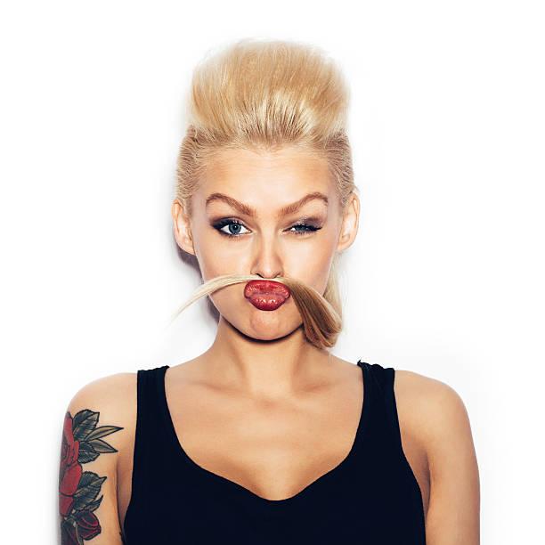 mode beute sexy blonde junge frau posiert - lausbub tattoo stock-fotos und bilder