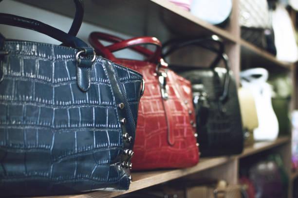 modetrend snakeskin python print handtaschen im regal in einem geschäft, shop. verkauf, shopping, zubehörkonzept. - vogue muster stock-fotos und bilder