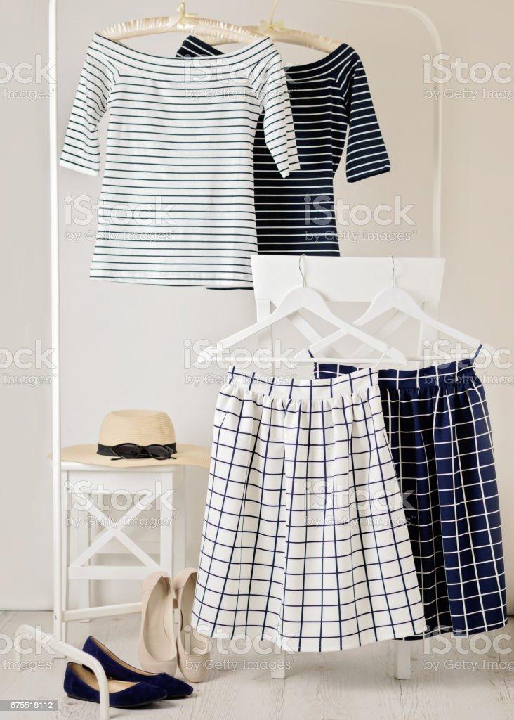 Rayures tendance de mode. Tops rayés blancs et bleus, bleus et blancs des jupes dans la cellule. photo libre de droits